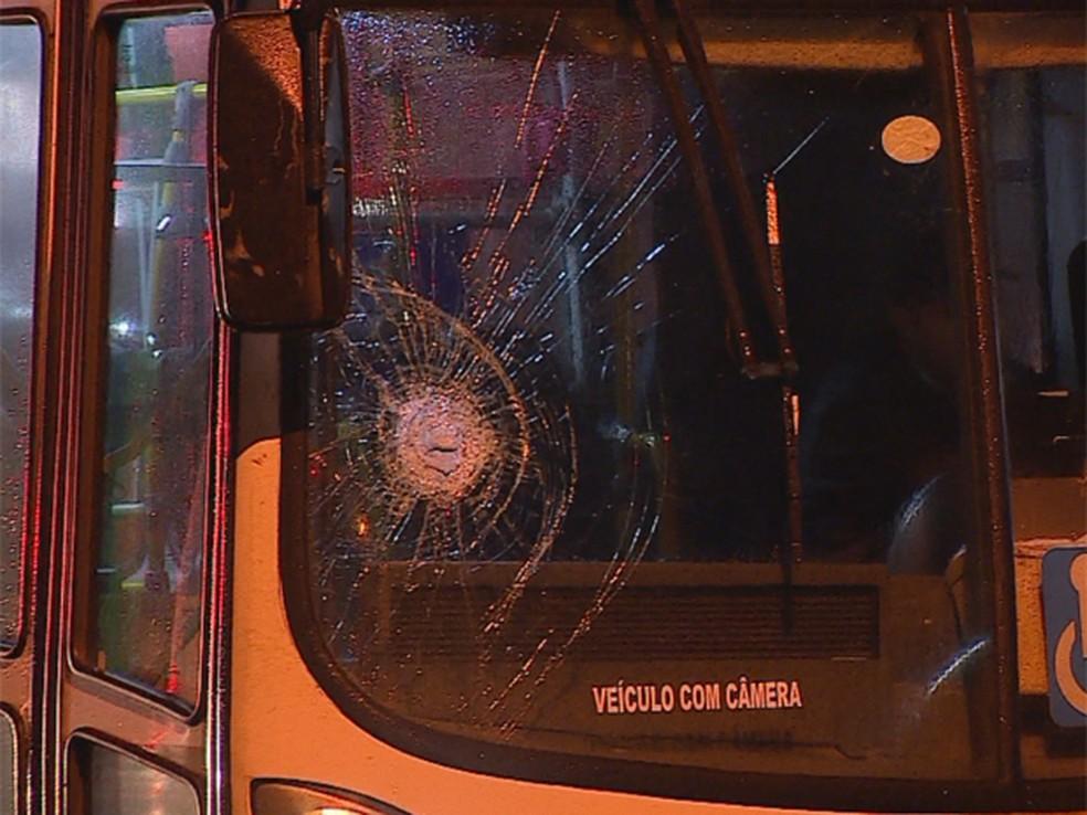 Ônibus da Carris foi apedrejado na saída de garagem em Porto Alegre (Foto: Reprodução/RBS TV)