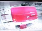 Ônibus sem motorista desce rua e atinge casas em Manaus; veja vídeo