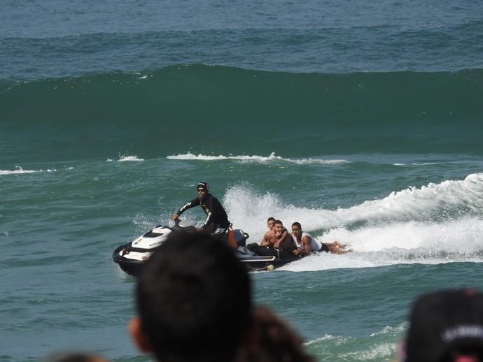 Banhista é retirado de zona de competição do Rio Pro (Foto: Felipe Siqueira)