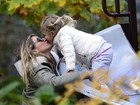 Gisele Bündchen dá selinho na filha