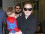 Adele viaja com o filho vestido com fantasia de Homem-aranha