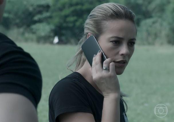 """Jeiza atende o celular ao contrário em cena de """"A Força do Querer"""" (Foto: Reprodução/TV Globo)"""