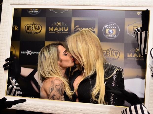 Cacá Werneck beija Monique Evans (Foto: Roberto Teixeira/EGO)
