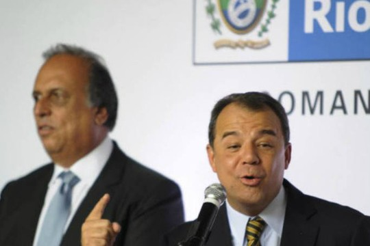 Em abril de 2014, Sérgio Cabral sorri durante a passagem de cargo de governador para seu vice, Luis Fernando Pezão (Foto: Agência Brasil)