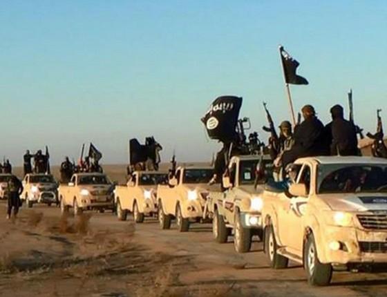 Estado Islâmico desfila armas e carros em Raqqa, Síria (Foto: AP)