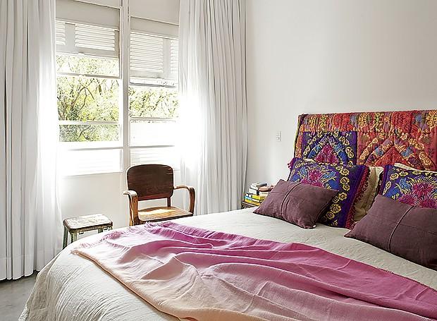 A cama da moradora tem cabeceira forrada com tecido marroquino e manta da Designers Guild, à venda na Empório Beraldin. Cadeira de madeira garimpada na Feira de Antiguidades da Praça Benedito Calixto, em São Paulo. Banco de ferro da Varuzza (Foto: Victor Affaro/Editora Globo)
