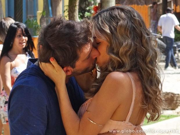 Cassiano beija Ester ao saber que ela já pediu divórcio (Foto: Flor do Caribe / TV Globo)