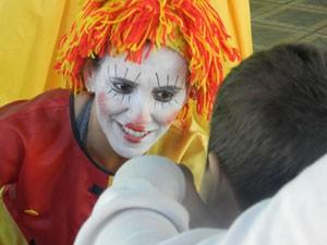 Vestida de Emília, agente brinca com criança (Foto: Felipe Santos/GLOBOESPORTE.COM)