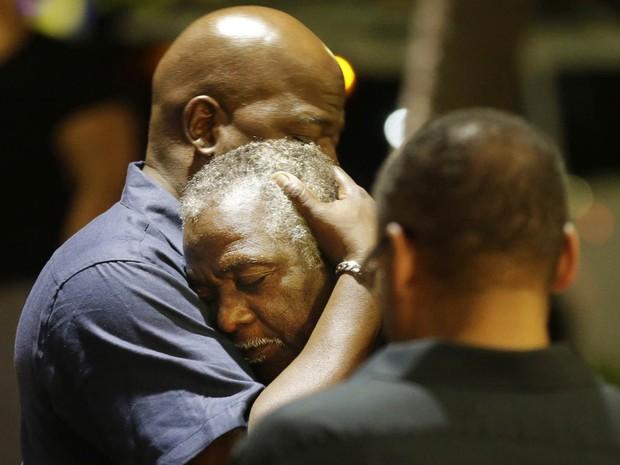 Frequentadores de igreja atacada em Charleston se abraçam após tiroteio (Foto: David Goldman/AP)