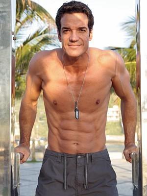 Carlos Machado vai abalar Valdirene (Foto: Amor à Vida/TV Globo)