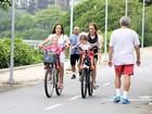 Betty Gofman passeia com as filhas gêmeas na Lagoa Rodrigo de Freitas