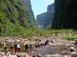 Trilha do Rio do Boi é feita dentro do cânion (Foto: Divulgação/Prefeitura de Praia Grande)