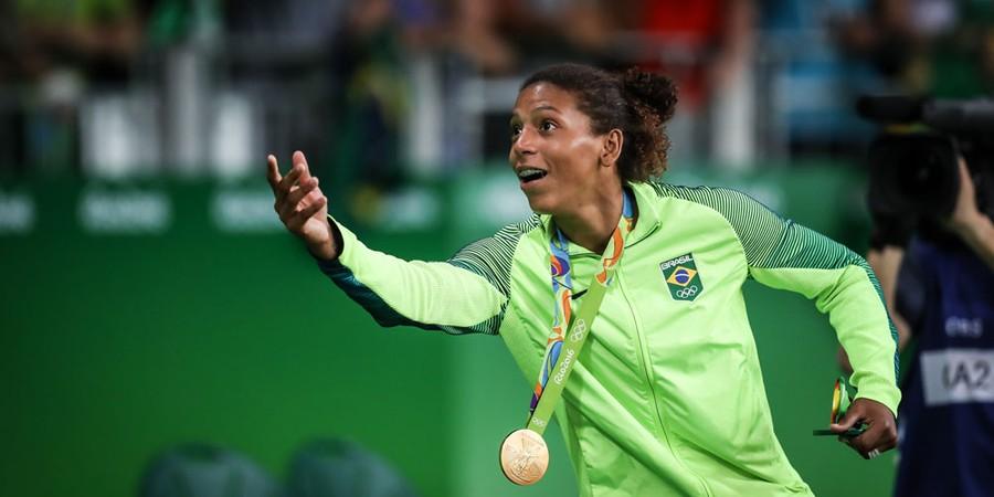Rafaela Silva recebe medalha de ouro na luta contra Dorjsuren Sumiya, da Mongolia (Foto: Ricardo Nogueira/ÉPOCA)