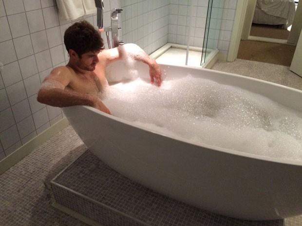 O gato também é clicado tomando banho (Foto: TV Globo)