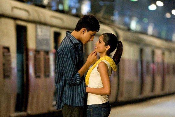 Que romântico! A indiana Freida Pinto e o inglês Dev Patel estão namorando desde que protagonizaram o premiadíssimo 'Quem Quer Ser um Milionário?' (2008). (Foto: Reprodução)