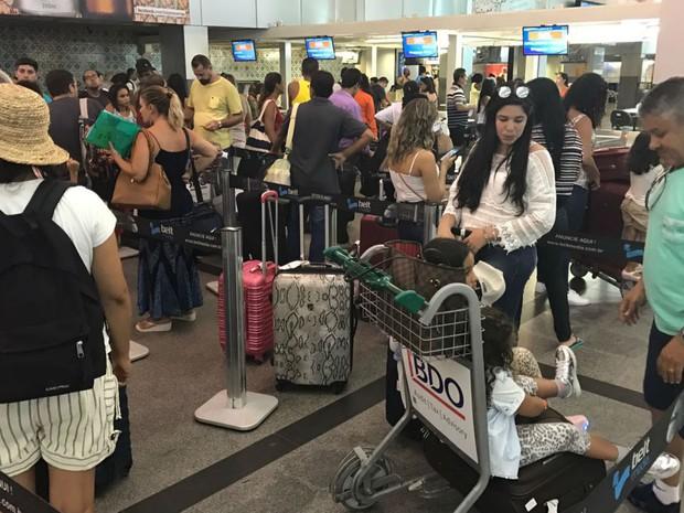 Passageiros aguardam para fazer check-in no aeroporto de Salvador (Foto: Alan Tiago Alves/G1)