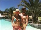 Solange Frazão posa de biquíni com namorado 22 anos mais novo