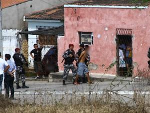 Suspeito de matar PM é preso após cerco policial em Campina Grande (Foto: Diego Cantilino)