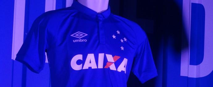Camisa do Cruzeiro principal tem finas listras em tons de azul (Foto: Mauricio Paulucci)