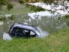 Carro é abandonado por motorista após cair em arroio de Porto Alegre