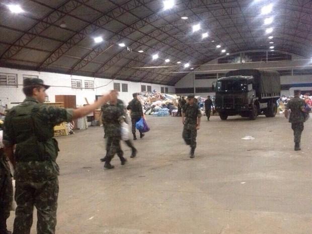 Donativos estão em parque de exposição e distribuição é organizada por militares (Foto: Júnior Recalcati/Divulgação)