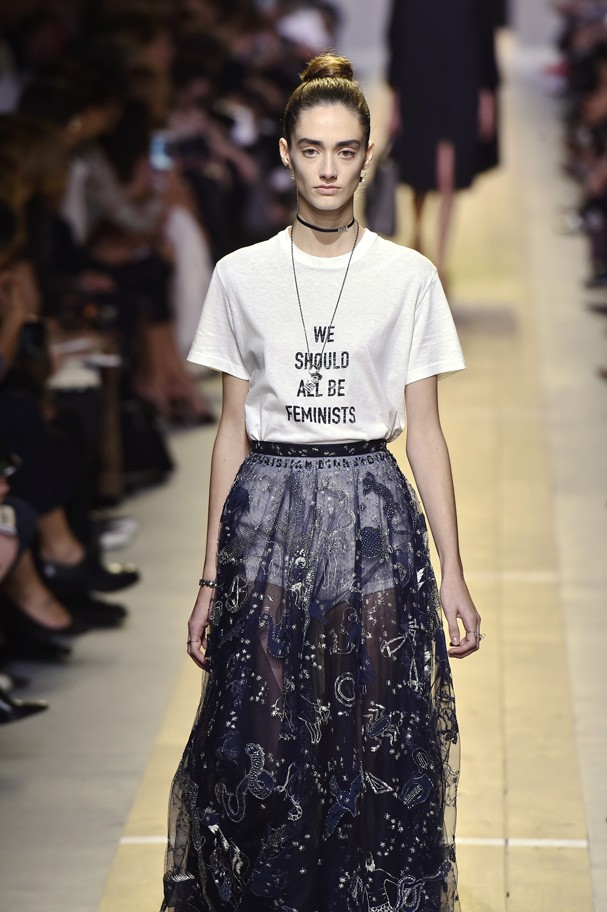 """A camiseta icônica """"We Should All Be Feminists"""" do desfile pre-fall 2017 da Dior (Foto: Getty Images)"""