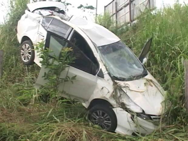 Motorista perdeu o controle do veículo e caiu de uma altura de quatro metros (Foto: Reprodução/TV Liberal)