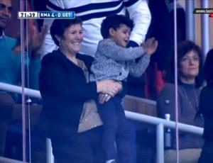 Filho do Cristiano Ronaldo (Cristiano Ronaldo Junior) na arquibancada (Foto: Reprodução / Twitter)