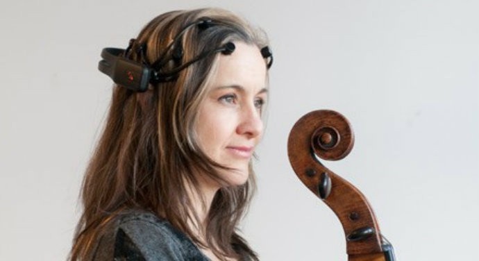 Artista produz música com ondas cerebrais