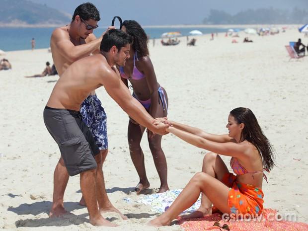 André puxa Luiza para tomar banho de mar (Foto: Pedro Curi/ TV Globo)