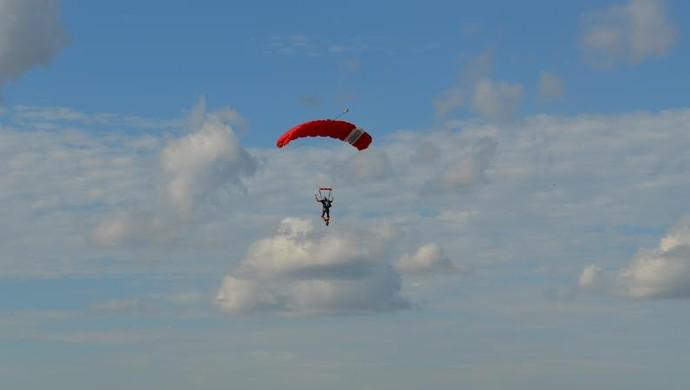Paraquedistas de Ariquemes enfeitaram o céu da cidade no final de semana (Foto: Eliete Marques)