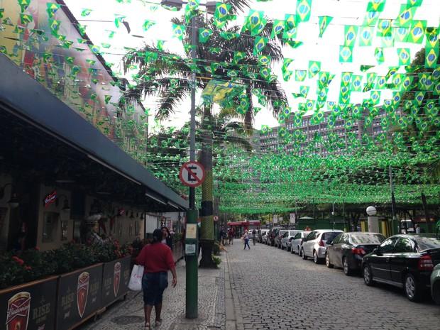 Rua de bares em  Vila Isabel recebeu cobertura com bandeiras brasieliras  (Foto: Káthia Mello/G1)
