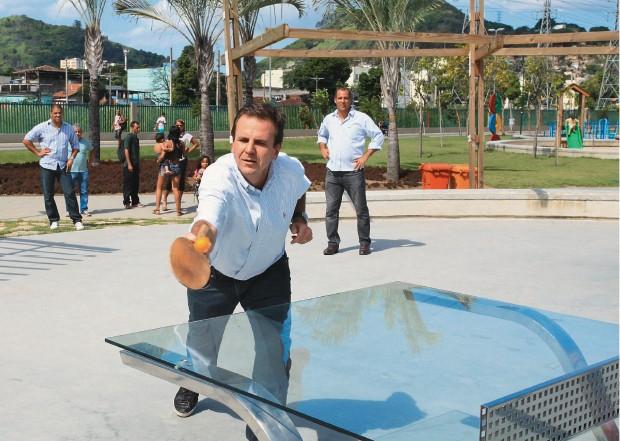 """DOMINGO NO PARQUE No Parque Madureira, obra de sua administração. O lugar tem a maior pista de skate da América Latina. Paes prefere o pingue-pongue. """"Às vezes, tem de usar o chicote"""", diz sobre  as  empreiteiras (Foto: Evandro Teixeira/ÉPOCA)"""