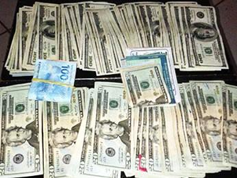 Dólares estavam escondidos nas cuecas de dois suspeitos. (Foto: Gefron/MT)