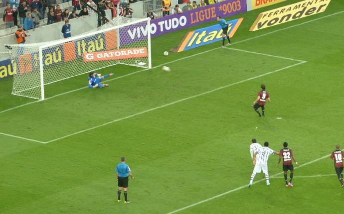 De pênalti, Cléo marca para o Atlético-PR contra o Corinthians (Foto: Monique Silva)