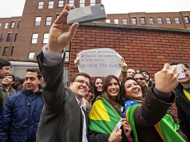 Pessoas fazem selfie em frente da Embaixada do Brasil em Dublin, na Irlanda. Aproximadamente 30 brasileiros foram protestar contra a corrupção e o atual governo brasileiro (Foto: Léo Pinheiro/Futura Press/Estadão Conteúdo)