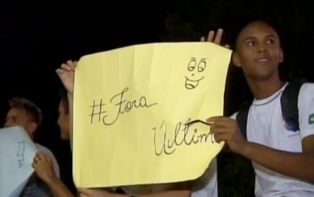 Cartazes contra Útimo coelho presidente da federaçãode vôlei do Piauí (Foto: Reprodução/TV Clube)