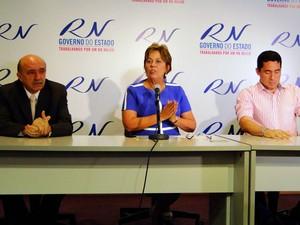 Governadora Rosalba Ciarlini, o titula da Sesap, Isaú Gerino, e o coordenador do Plano, Luiz Roberto Fonseca (Foto: Ricardo Araújo/G1)