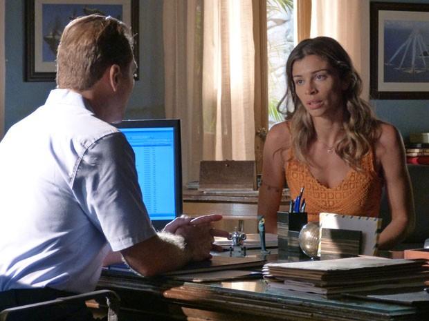 Comanda aceita ajudar Ester a encontrar Cassiano (Foto: Flor do Caribe / TV Globo)