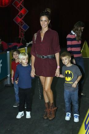 Fernanda Lima com os filhos (Foto: Roberto Filho / AgNews)