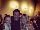 Julio Cesar comemora título com os amigos em restaurante