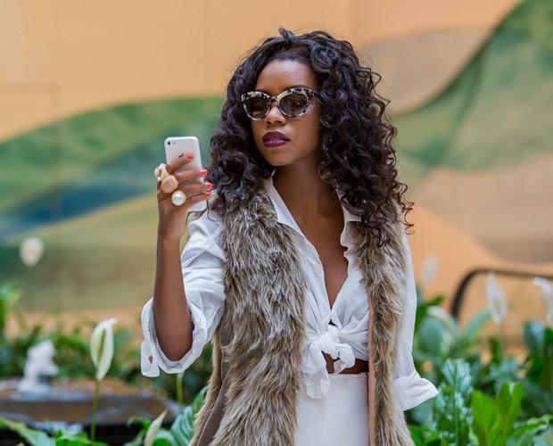 Sucesso nas redes sociais, Luane deixa claro que adora um celular (Foto: Artur Meninea/Gshow)