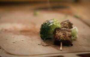 Espetinho de tempeh com brócolis: receita da Bela Gil