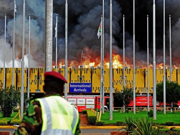 Incêndio no aeroporto do Quênia (Foto: AFP)
