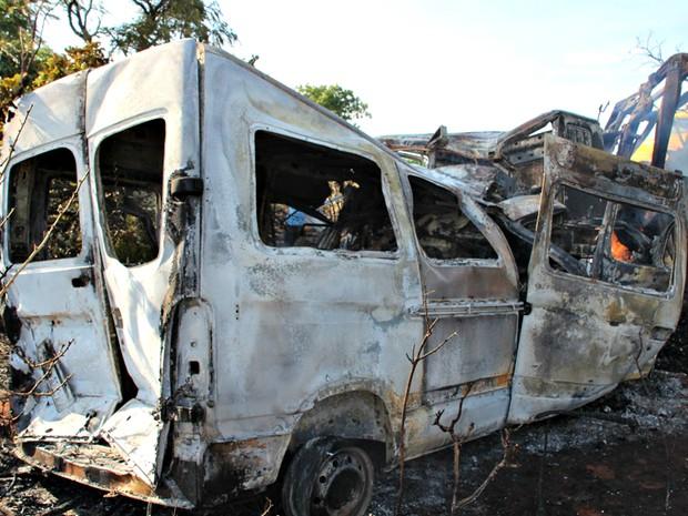 Polícia Civil diz que 11 morreram em acidente entre van e caminhão em MS (Foto: Sandro de Almeida/ Jornal da Nova)
