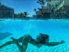 Mari Gonzalez mostra corpaço durante mergulho em piscina de vidro