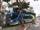 Ônibus sem motorista bate em dois veículos e para em muro em São José