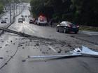 Poste cai sobre motocicleta após ser derrubado por carro em João Pessoa