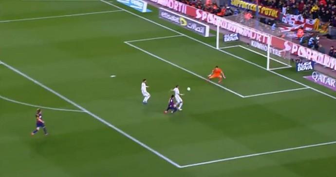Luis Suárez chuta para fazer o gol da vitória de Barcelona x Real Madrid