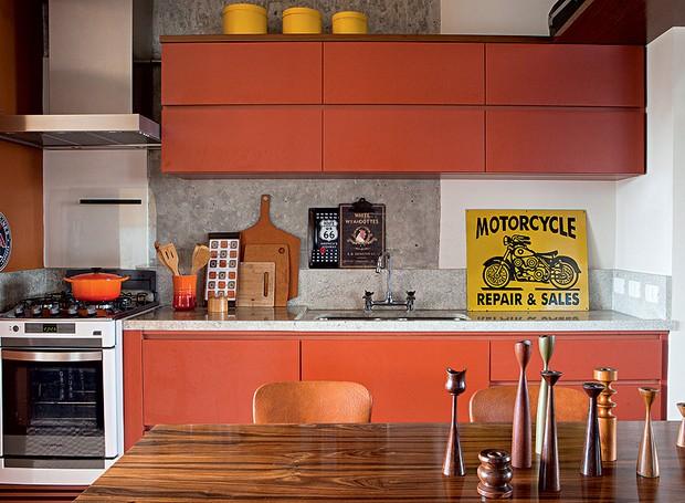 No prédio dos anos 1980, apê de 85 m² tinha divisão tradicional: sala, cozinha e área de serviço. O arquiteto Gustavo Calazans derrubou as paredes. Dotada de janela com vista, a lavanderia deixou de existir. Em seu lugar, entrou o balcão (Foto: Lufe Gomes/Casa e Jardim)